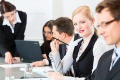 Geschäft - Wirtschaftler, Sitzung und Darstellung im Büro Stockfotos