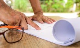 Geschäft, zeichnender Lichtwellenleiter auf Plan Architekturco Lizenzfreies Stockfoto