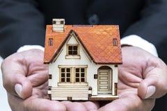 Geschäfte auf dem Kaufen - nach Hause verkaufend lizenzfreies stockbild