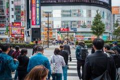 Geschäfte und gedrängte Leute an Shinjuku-Stadt in Tokyo stockbild