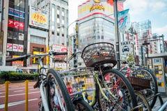 Geschäfte und gedrängte Leute an Shinjuku-Stadt in Tokyo stockbilder