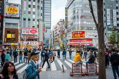 Geschäfte und gedrängte Leute an Shinjuku-Stadt in Tokyo lizenzfreies stockbild