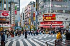 Geschäfte und gedrängte Leute an Shinjuku-Stadt in Tokyo lizenzfreie stockbilder