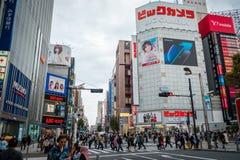 Geschäfte und gedrängte Leute an Shinjuku-Stadt in Tokyo lizenzfreies stockfoto