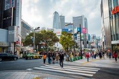 Geschäfte und gedrängte Leute an Shinjuku-Stadt in Tokyo stockfotos