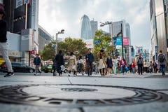 Geschäfte und gedrängte Leute an Shinjuku-Stadt in Tokyo lizenzfreie stockfotos