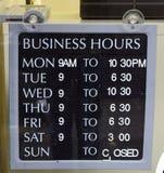 Geschäftsöffnungszeiten Stockbilder