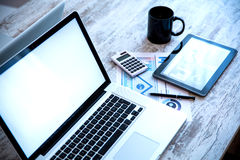 Geschäfts-Analytik mit einem Tablet-PC und einem Laptop Stockfoto