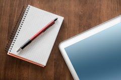 Geschäfts-Arbeit mit Tablet, Bleistift und Notizblock Lizenzfreies Stockfoto
