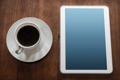 Geschäfts-Arbeit mit Tablet u. einem Tasse Kaffee Stockfotografie