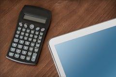 Geschäfts-Arbeit mit Tablet u. Taschenrechner Stockfotos