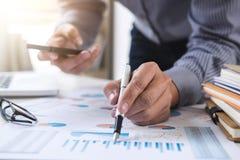 Geschäfts-berechnen Finanzierungsbuchhaltungs-Bankwesen-Konzept, Geschäftsmann unter Verwendung des intelligenten Telefons und Ha lizenzfreie stockfotos