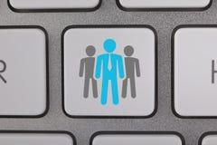 Geschäfts-blaue Leute auf Computer-Tastatur Stockfotografie