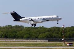 GESCHÄFTS-Düsenflugzeuglandung N288ZJ Zetta Jet Bombardier BD-700-1A10 globale Eilauf der Rollbahn Lizenzfreies Stockbild