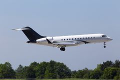 GESCHÄFTS-Düsenflugzeuglandung N288ZJ Zetta Jet Bombardier BD-700-1A10 globale Eilauf der Rollbahn Stockfotos