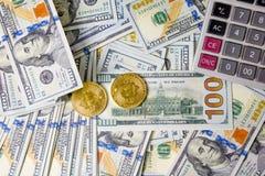 Geschäfts-Diagramme auf Münze und Dollar Finanzberichten und Calcula lizenzfreie stockfotos