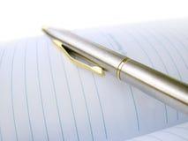 Geschäfts-Feder auf einem Notizbuch Stockfotografie