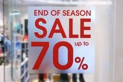 Geschäfts-Fenster mit Verkaufs-Zeichen am Einkaufszentrum stockfoto