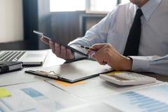 Geschäfts-Finanzierungs-Buchhaltungs-Bankwesen-Konzept, Geschäftsmann unter Verwendung Stockfotografie