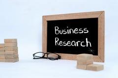 Gesch?fts-Forschung, Gesch?fts-Konzept Augenglas- und h?lzernerblock, der als Schritttreppe stapelt lizenzfreie stockfotografie
