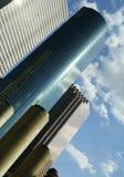 Geschäfts-Gebäude gegen Wolke Stockfotos