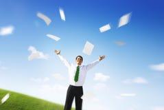 Geschäfts-Geschäftsmann-Documents Throwing Happiness-Konzept lizenzfreie stockfotografie