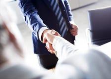 Geschäfts-Händedruck im Büro stockbild