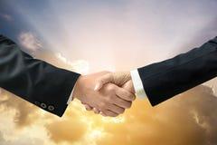 Geschäfts-Händedruck mit drastisch bewölken sich Lizenzfreies Stockfoto