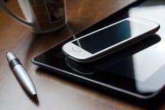 Geschäfts-Hintergrund mit Tablet, Smartphone, Bleistift Lizenzfreie Stockfotos