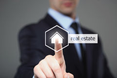 Geschäfts-, Internet- und Vernetzungskonzept - Geschäftsmann, der Immobilienknopf auf virtuellen Schirmen bedrängt lizenzfreie stockfotografie