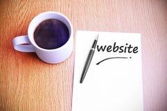 Geschäfts-Konzept - dampfiger Kaffee und Schwarzes Pen With White Paper Lizenzfreie Stockfotografie