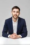 Geschäfts-Konzept - hübsches überzeugtes Lächeln des Geschäftsmannes mit Kamera Stockfotos