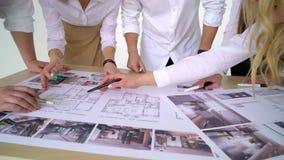 Geschäfts-, Leute-, Architektur- und Teamarbeitskonzept -, das oben von den Architekten nah ist, team Hände Finger auf Plan auf z stock video footage