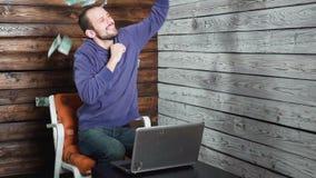Geschäfts-, Leute-, Erfolgs- und Vermögenskonzept - glücklicher Geschäftsmann, der oben Eurogeld wirft und bei Tisch im Büro sitz stock video footage
