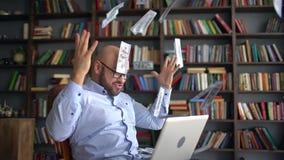 Geschäfts-, Leute-, Erfolgs- und Vermögenskonzept - glücklicher Geschäftsmann mit dem Dollargeld und Laptop-Computer, die bei Tis stock video