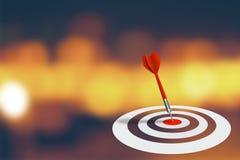 Geschäfts-Marketing und Strategie-Konzept: Roter Pfeil schlug Ziel auf Dartscheibe mit abstraktem bokeh Hintergrund Lizenzfreie Stockfotografie