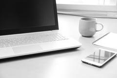 Geschäfts-Notebook mit intelligentem Telefon, Notizbuchpapier für Lizenzfreie Stockfotos