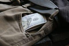 Geschäfts- oder Einkommensidee, Geld in Jeans stecken ein lizenzfreie stockfotos