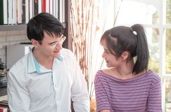 Geschäfts-Paar arbeitet zu Hause zusammen lizenzfreies stockbild