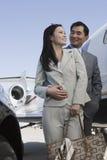 Geschäfts-Paare, die zusammen stehen Stockbilder