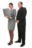Geschäfts-Paare mit Laptop-Computer über weißem Hintergrund Lizenzfreies Stockfoto