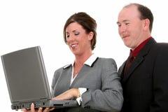 Geschäfts-Paare mit Laptop-Computer Stockfotografie