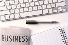 Geschäfts-Schreibtisch mit Zeitung Stockfotografie