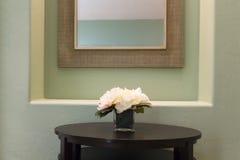 Geschäfts-Tabelle mit Blumen Lizenzfreie Stockfotos
