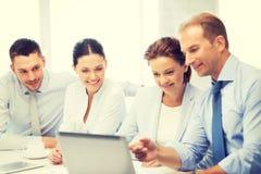Geschäfts-Team, das Diskussion im Büro hat Stockfoto