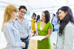 Geschäfts-Team, das eine Gruppendiskussion hat Stockbild