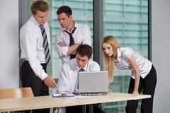 Geschäfts-Team, das im Büro arbeitet Stockfotografie