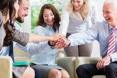 Geschäfts-Team, das Motivation für bessere Arbeit erhält Lizenzfreie Stockfotografie