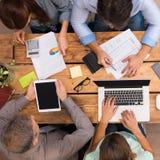 Geschäfts-Team, das zusammenarbeitet Stockfoto