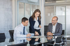 Geschäfts-Team, das zusammenarbeitet lizenzfreie stockfotos